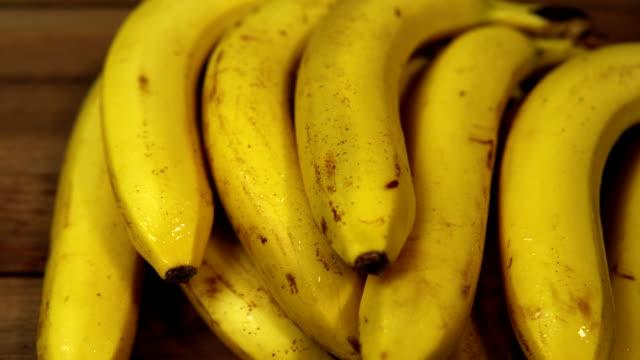 熟した濡れバナナ木製のテーブル上にあります。 - バナナ点の映像素材/bロール