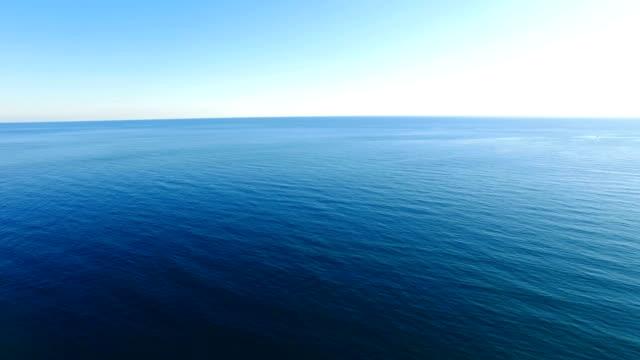 vídeos de stock e filmes b-roll de aérea : ondulado com água superfície transparente - ondulado descrição física