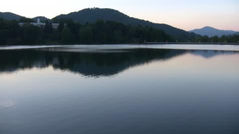 vidéos et rushes de hd : ondulantes lac et de l'hôtel. - 20 secondes et plus