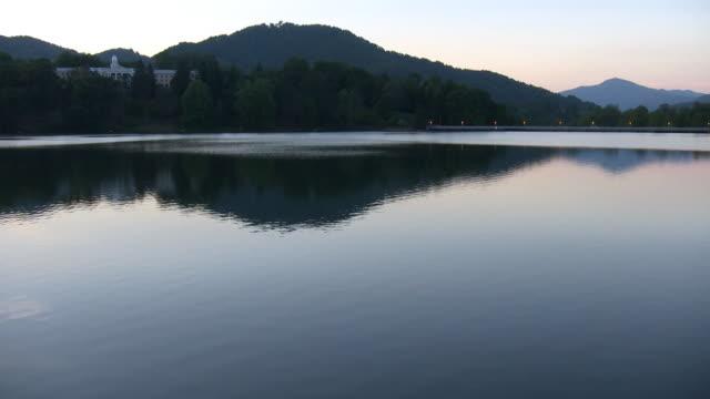 hd: lago increspate e l'hotel. - 20 o più secondi video stock e b–roll