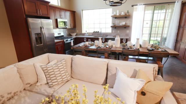 キッチンを明らかにするためのテーブル花の後ろから上昇します。 - 田舎のライフスタイル点の映像素材/bロール