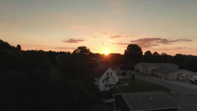 vídeos de stock e filmes b-roll de rising aerial establishing shot of pennsylvania sunset - suburbano