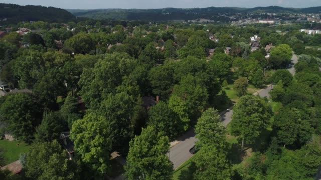 vídeos de stock, filmes e b-roll de subindo aérea estabelecendo tiro da pequena cidade da pennsylvania - nordeste