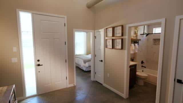 上昇と低下ホーム入口廊下 - 田舎のライフスタイル点の映像素材/bロール