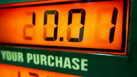 vídeos de stock e filmes b-roll de sempre que os preços do gás na estação de bomba scree - consumismo
