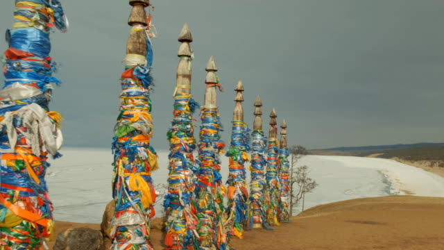 vídeos de stock e filmes b-roll de ritual pillars in a sacred place on lake baikal. - irkutsk