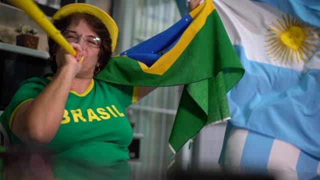 Rivalidad entre los aficionados brasileños y argentinos - vídeo