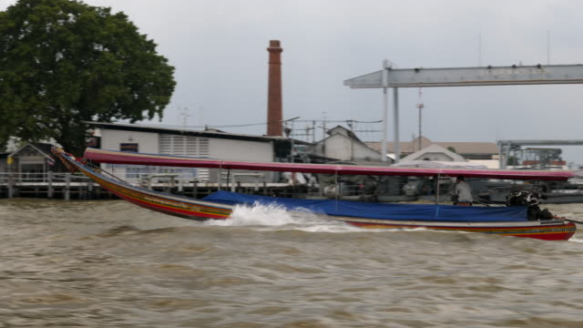 river cruise on the chao phraya river - fiume chao phraya video stock e b–roll