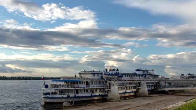 vídeos de stock e filmes b-roll de river cruise passenger ships on moored on the volga river in samara, russia. the volga is the longest river in europe - transatlântico