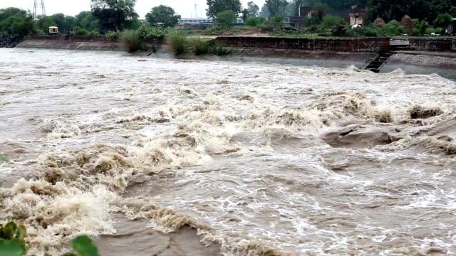 hd: river dam slo mo - haryana bildbanksvideor och videomaterial från bakom kulisserna