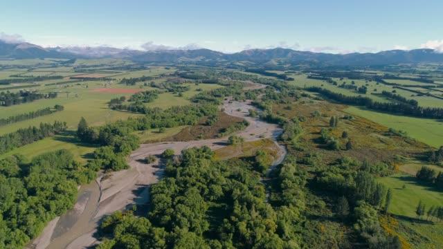 vídeos y material grabado en eventos de stock de río que fluye a través de la tierra. - nueva zelanda