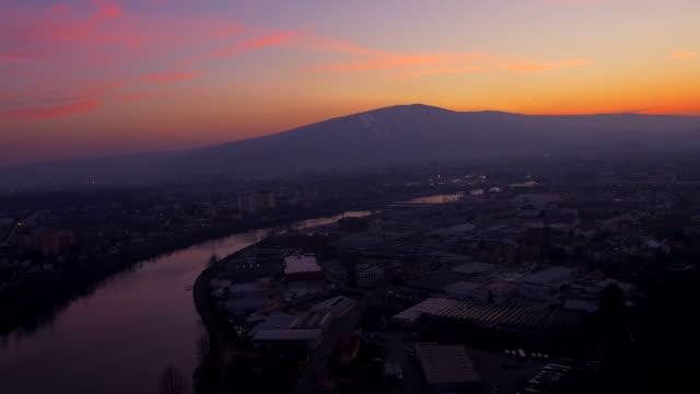 aerial river flowing through the city of maribor - styria stok videoları ve detay görüntü çekimi
