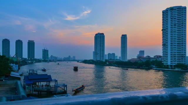 fiume a bangkok tl 4 k - fiume chao phraya video stock e b–roll