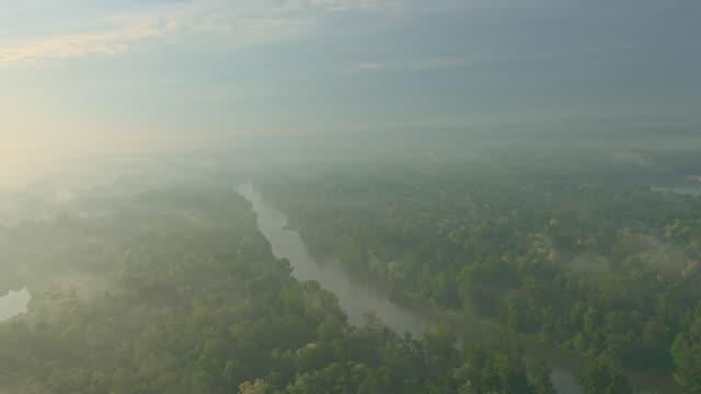 vídeos de stock e filmes b-roll de vista aérea do rio de manhã de nevoeiro da - multicóptero