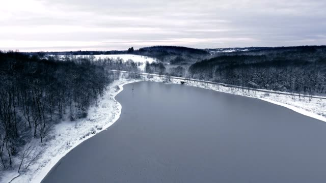 River in winter. Snowy winter. Winter shooting from the drone. - vídeo