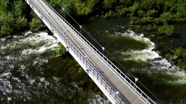 vídeos de stock, filmes e b-roll de rio niva e passarela através dele - quadricóptero