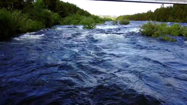 vídeos de stock e filmes b-roll de river niva - multicóptero