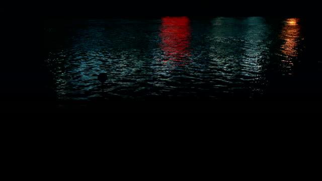 vidéos et rushes de rivière, reflétant les lumières, nuit - lac reflection lake