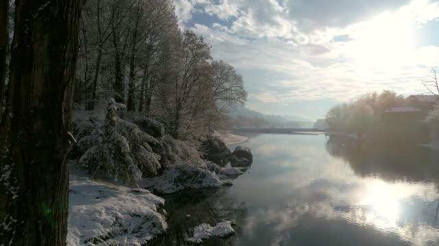 vídeos y material grabado en eventos de stock de río sesia en invierno, vista de abejón - alpes europeos