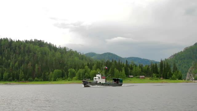 vidéos et rushes de paysage de montagne bateau fluvial vitesse - lac reflection lake