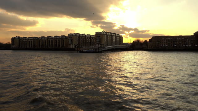 river thames at sunset - inghilterra sud orientale video stock e b–roll