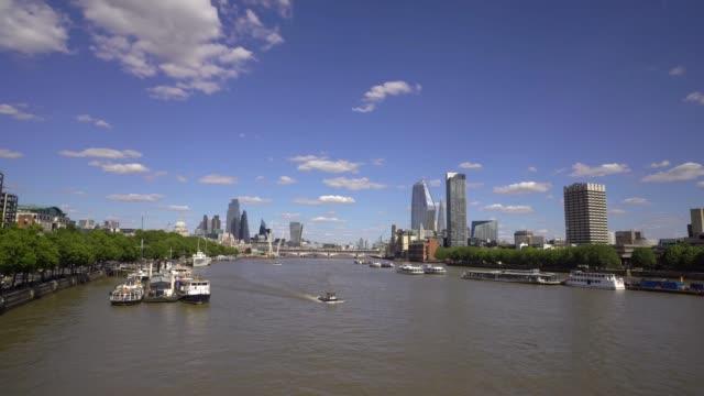 Rivier Theems die naar de Stad van de Brug van Waterloo kijken. video