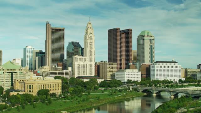 riverside parks and the downtown skyline of columbus, ohio - aerial - columbus day filmów i materiałów b-roll