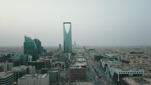 stockvideo's en b-roll-footage met riyadh, saoedi-arabië luchtdrone bekijken van riyadh - riyad
