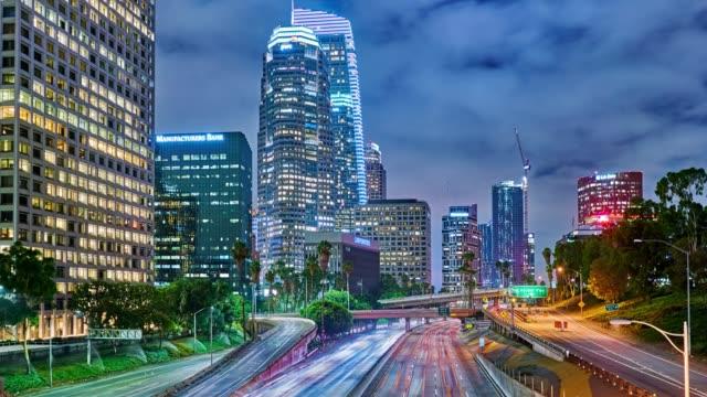yol ve şehir. kaliforniya - şehir merkezi stok videoları ve detay görüntü çekimi