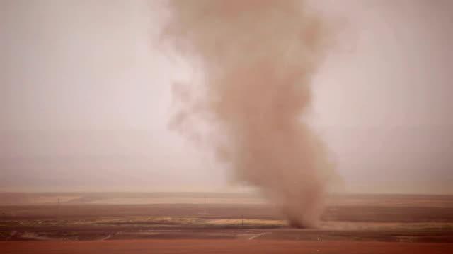 vídeos y material grabado en eventos de stock de road y la operación tormenta del desierto en la provincia de gansu, china - tornado