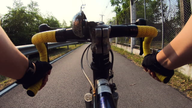 pov : road bicycle in public park - evento ciclistico video stock e b–roll