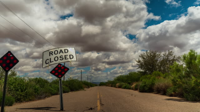 stockvideo's en b-roll-footage met weg gesloten timelapse - arizona highway signs