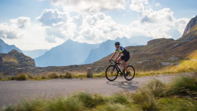 road cyclist on a mountain pass - ciclismo su strada video stock e b–roll