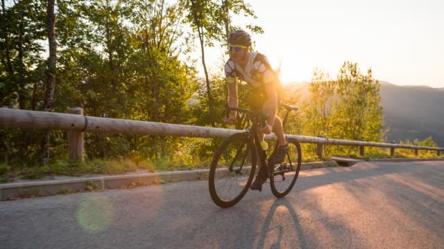 vídeos y material grabado en eventos de stock de ciclista de carretera sonriendo a la vista de línea de meta - andar en bicicleta