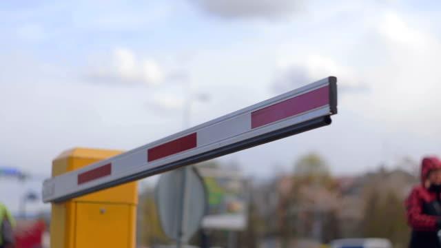 stockvideo's en b-roll-footage met road gate. - parkeren