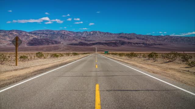 vídeos de stock e filmes b-roll de road in the desert - inclinação para baixo