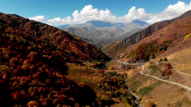 vidéos et rushes de route dans les montagnes fullhd épique drone vol caucasus collines et la beauté de la vallée nature géorgienne - nord