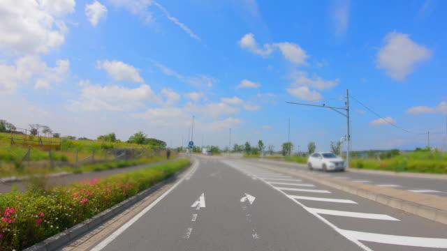 droga na przedmieściach jokohamy, gdzie świeża zieleń jest piękna - wagon kolejowy filmów i materiałów b-roll