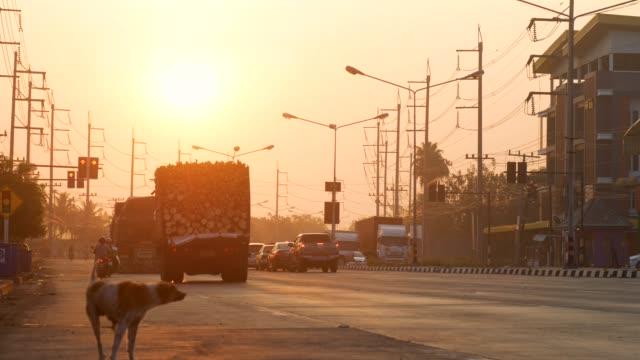 農村地域における日の出交差点 - 交通信号機点の映像素材/bロール