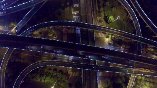 vidéos et rushes de jonction de la route dans le centre de la ville moderne de nuit - route surélevée