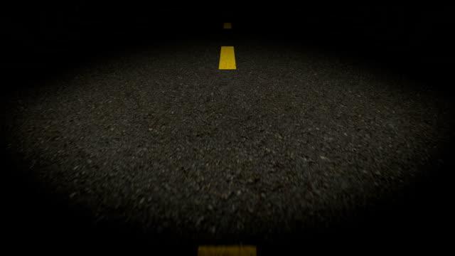 vídeos y material grabado en eventos de stock de carretera por la noche - señalización vial