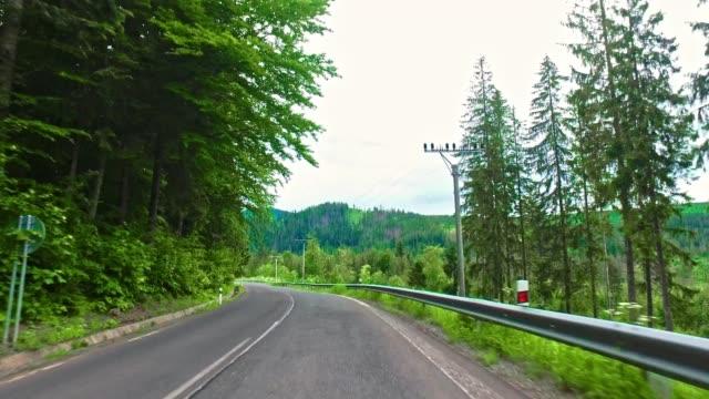 tatra dağlarında polonya ve slovakya arasındaki sınırda yol - zakopane stok videoları ve detay görüntü çekimi