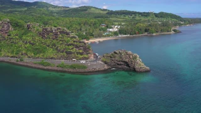 strada che attraversa una roccia nell'isola di mauritius - isole mauritius video stock e b–roll