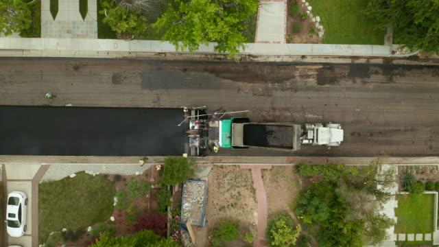 straßensperrung auf der residential street time lapse-luftdrone schub - asphalt stock-videos und b-roll-filmmaterial