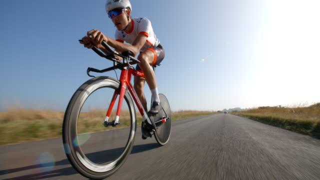 Ein Rennradfahrer Rennen konzentriert sich auf hausieren entlang einer Straße. – Video