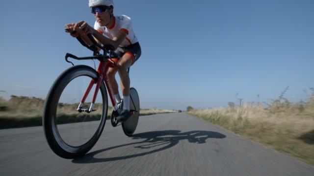 Eine Straße Rennen Radfahrer Kopf und Arme auf Bars Konzentrate. – Video