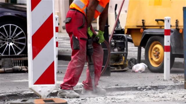 vídeos de stock, filmes e b-roll de road reparar trabalha com perfuratriz - calçada