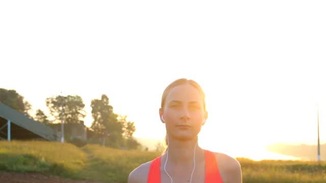 road runner kvinna kör i parken i morgon motion spåret - tävlingsdistans bildbanksvideor och videomaterial från bakom kulisserna