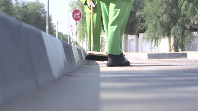 road sweeper, abu dhabi - uae flag filmów i materiałów b-roll