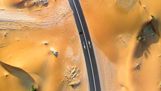 yol orta doğu çöl yoluyla - abu dhabi stok videoları ve detay görüntü çekimi